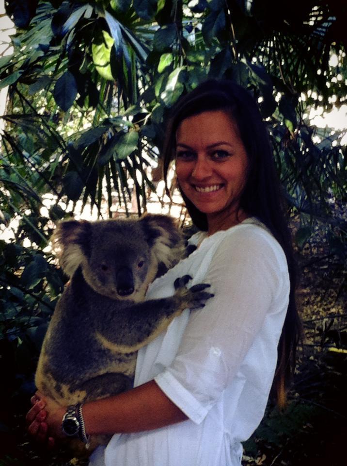 ragazza che tiene in braccio un koala in Australia