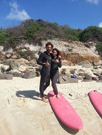 ragazza che fa surf in spiaggia a Byron Bay