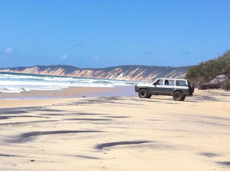 persone in auto che pranzano guardando il mare