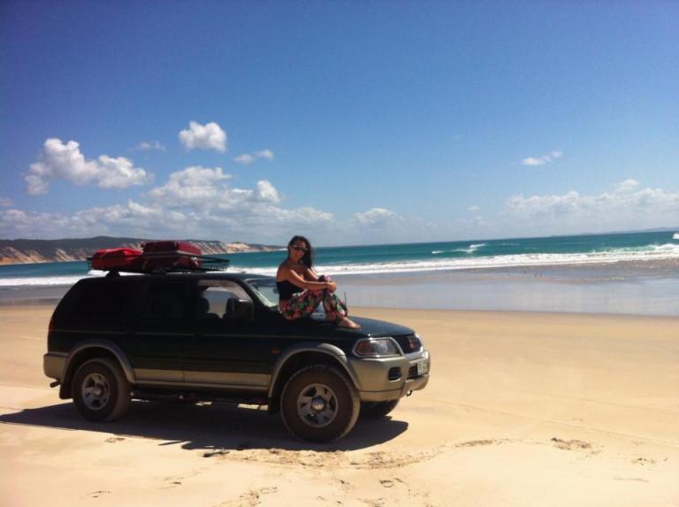 ragazza che è seduta sull'auto in Australia