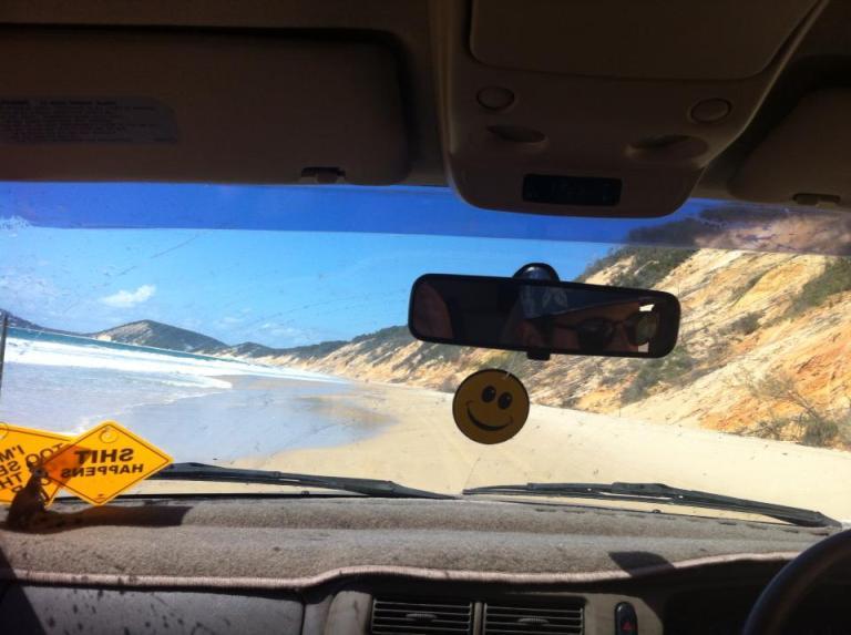 ragazzi in macchina sulla spiaggia in australia