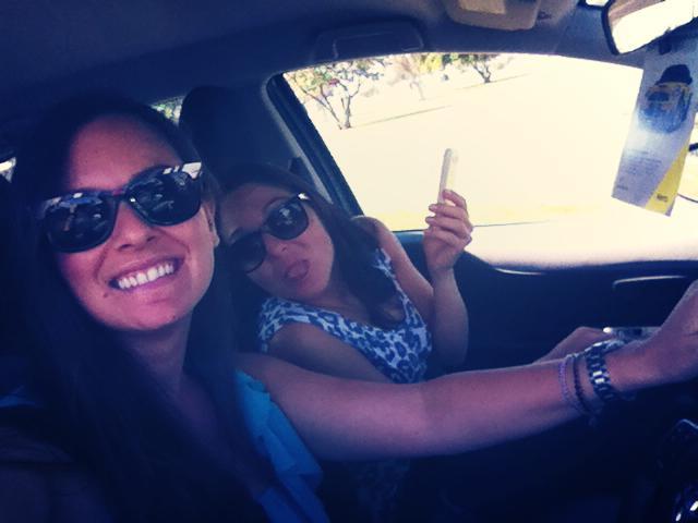 ragazza che guida con volante a destra