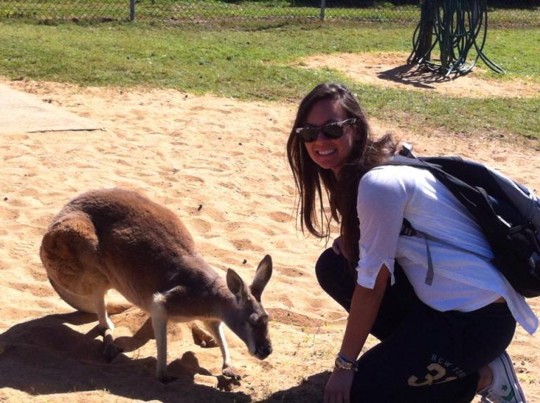 ragazza che è allo zoo tra i canguri