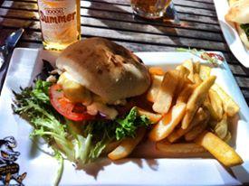 ragazza che mangia hamburger di coccodrillo e patatine in Australia