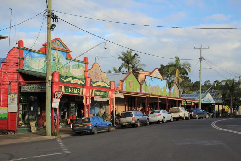 guidando nelle strade tipiche di Byron Bay