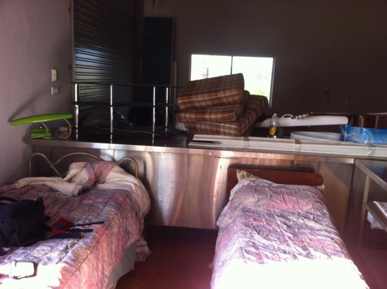 ragazze che dormono in stanza in fattoria
