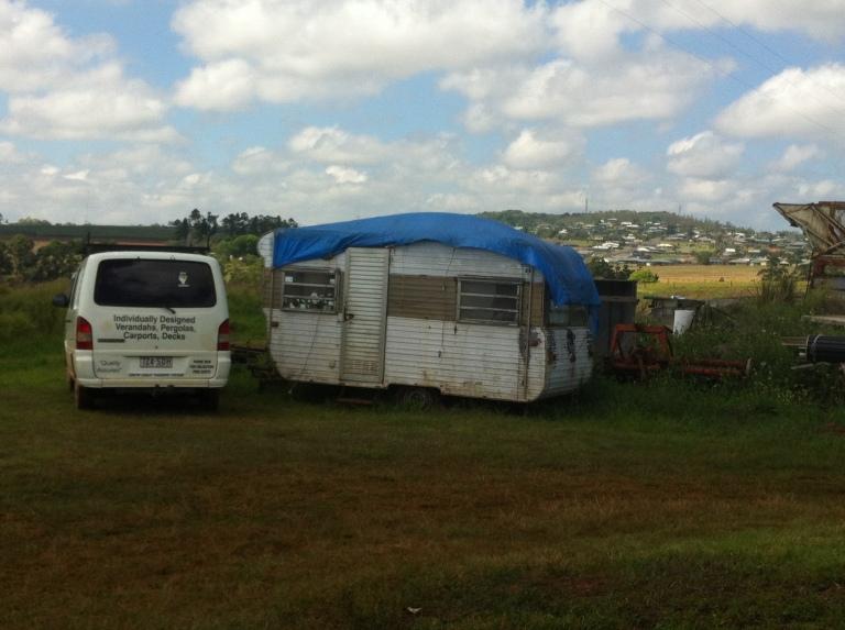 ragazzi che vivono in roulotte nella fattoria