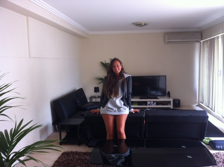 ragazza abbronzata in casa a Sydney