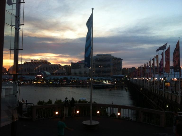 ragazza che guarda il tramonto dal ponte di Pyrmont a Sydney