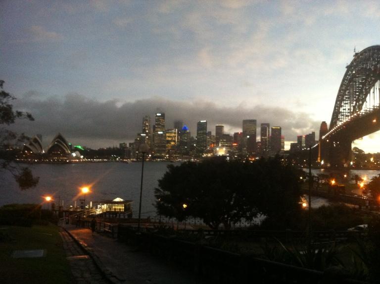 ragazza che scatta una foto dello skyline di Sydney