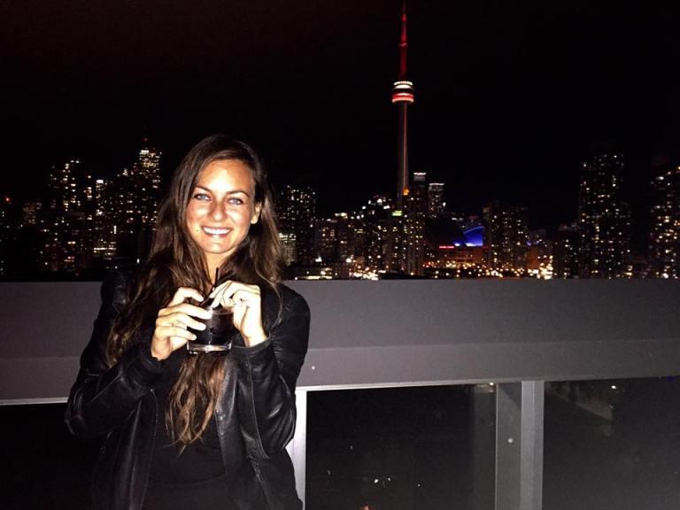 Foto di sera ragazza con drink Toronto
