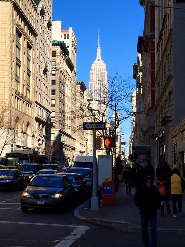 ragazza nelle strade di New York