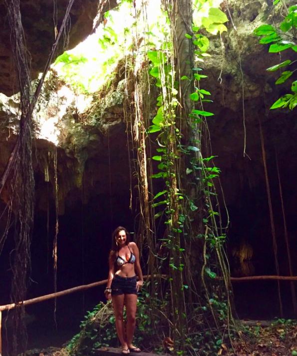 Foto nella grotta con arbusti e liane