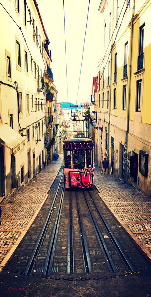 Vietta con tram a Lisbona