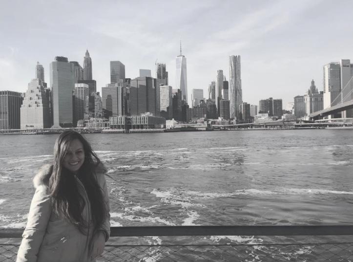 ragazza che guarda Manhattan da Brooklyn