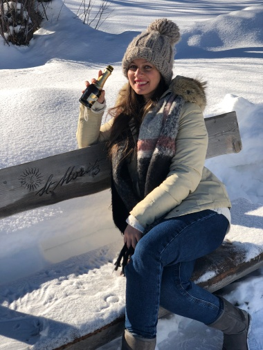 ragazza beve birra sulla panchina