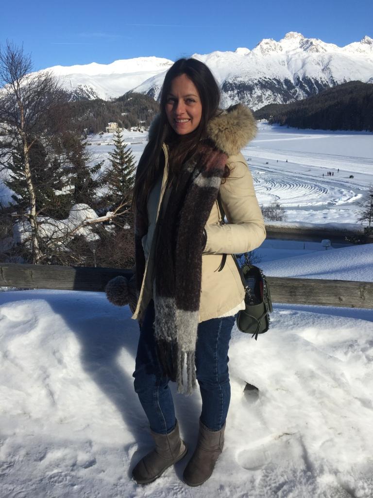 ragazza sulla neve in svizzera