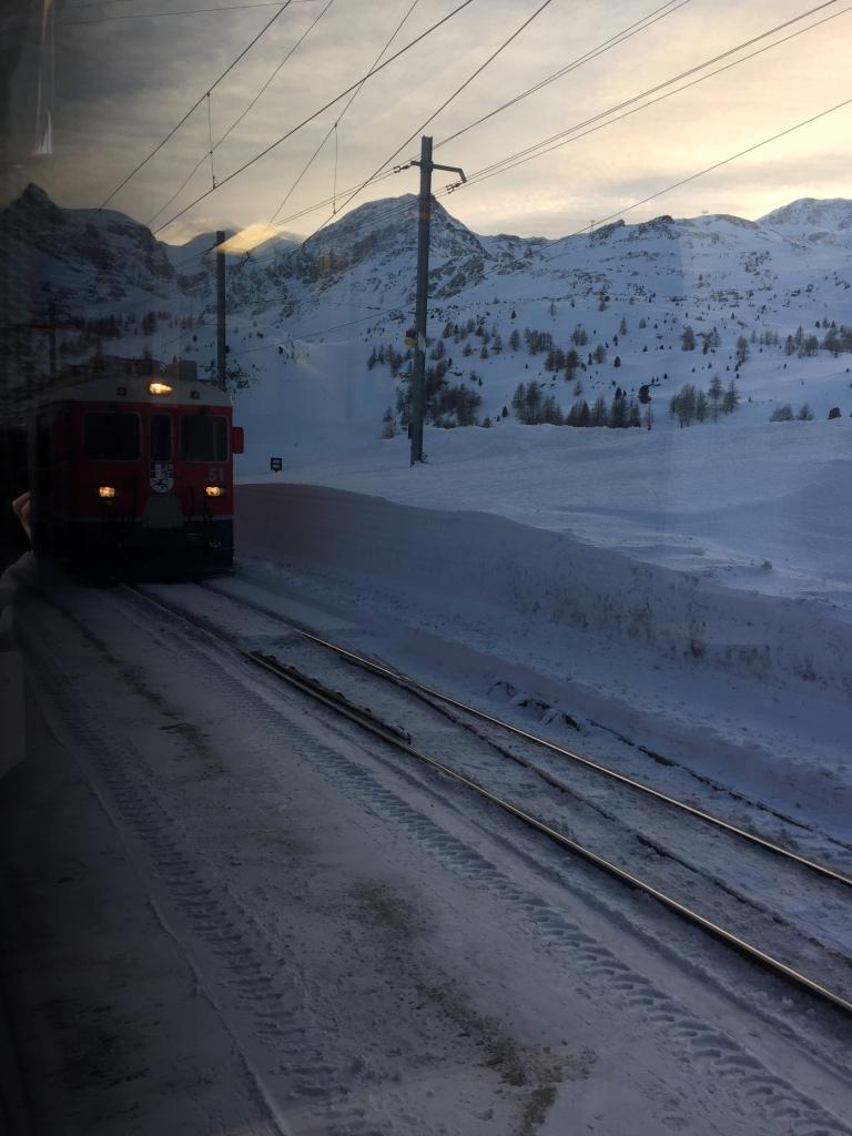 trenino rosso sulla neve