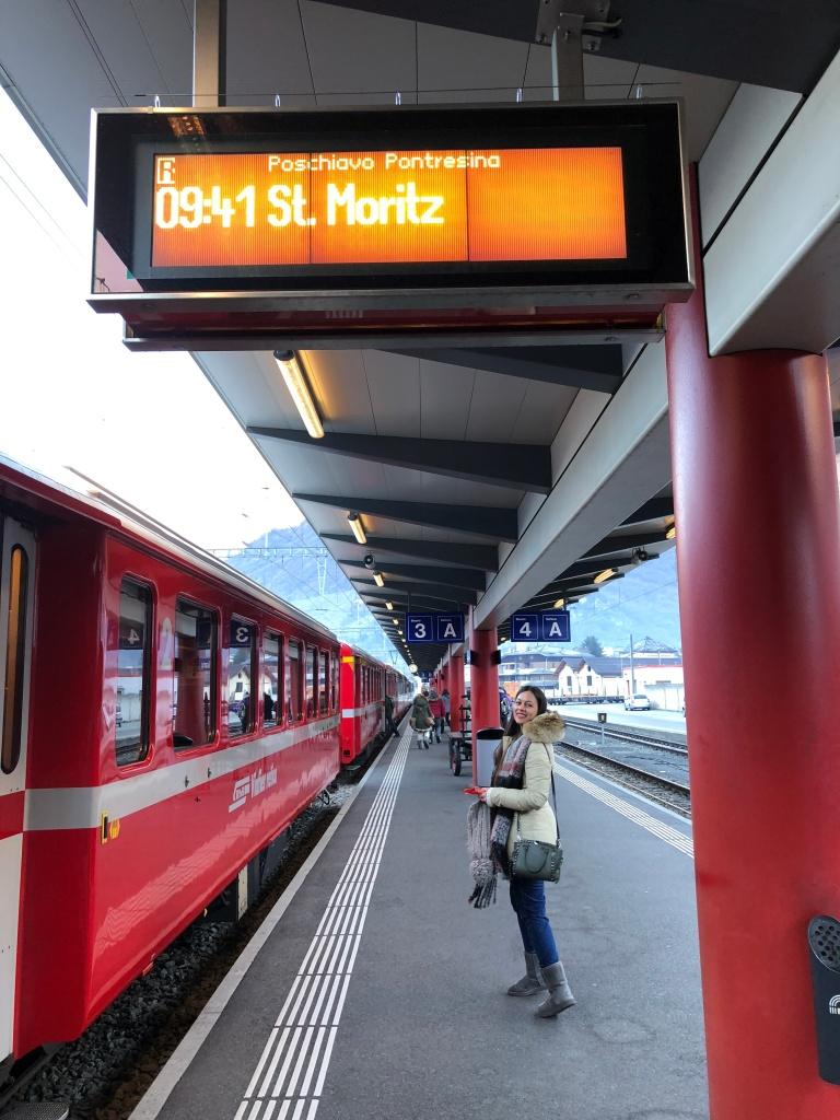 ragazza che aspetta il treno
